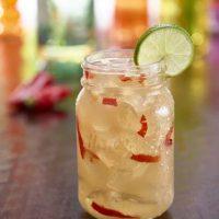 Trouble maker. Es un trago elaborado con mezcal, cointreau mezclado con jugo de limón fresco, sirope de piña chipotle y macerado con jalapeño.