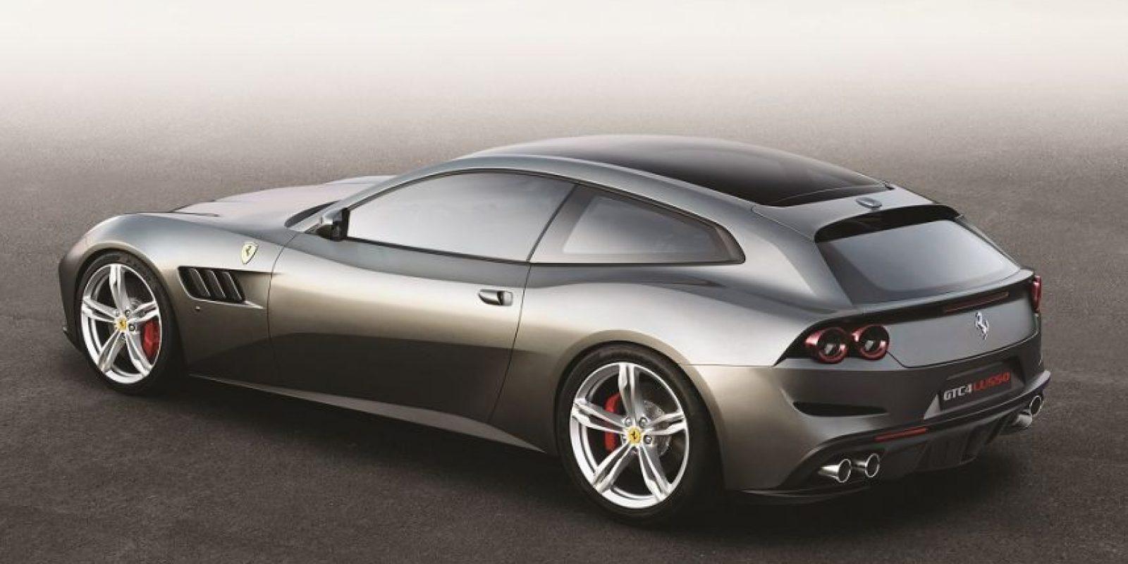 1- Ferrari. GTC4 Lusso. Presentado en el más reciente Salón del Automóvil de Ginebra, el vehículo cuenta con un motor V12 de 6.2 litros. El auto promete hasta 680 caballos de fuerza. Foto:Fuente externa
