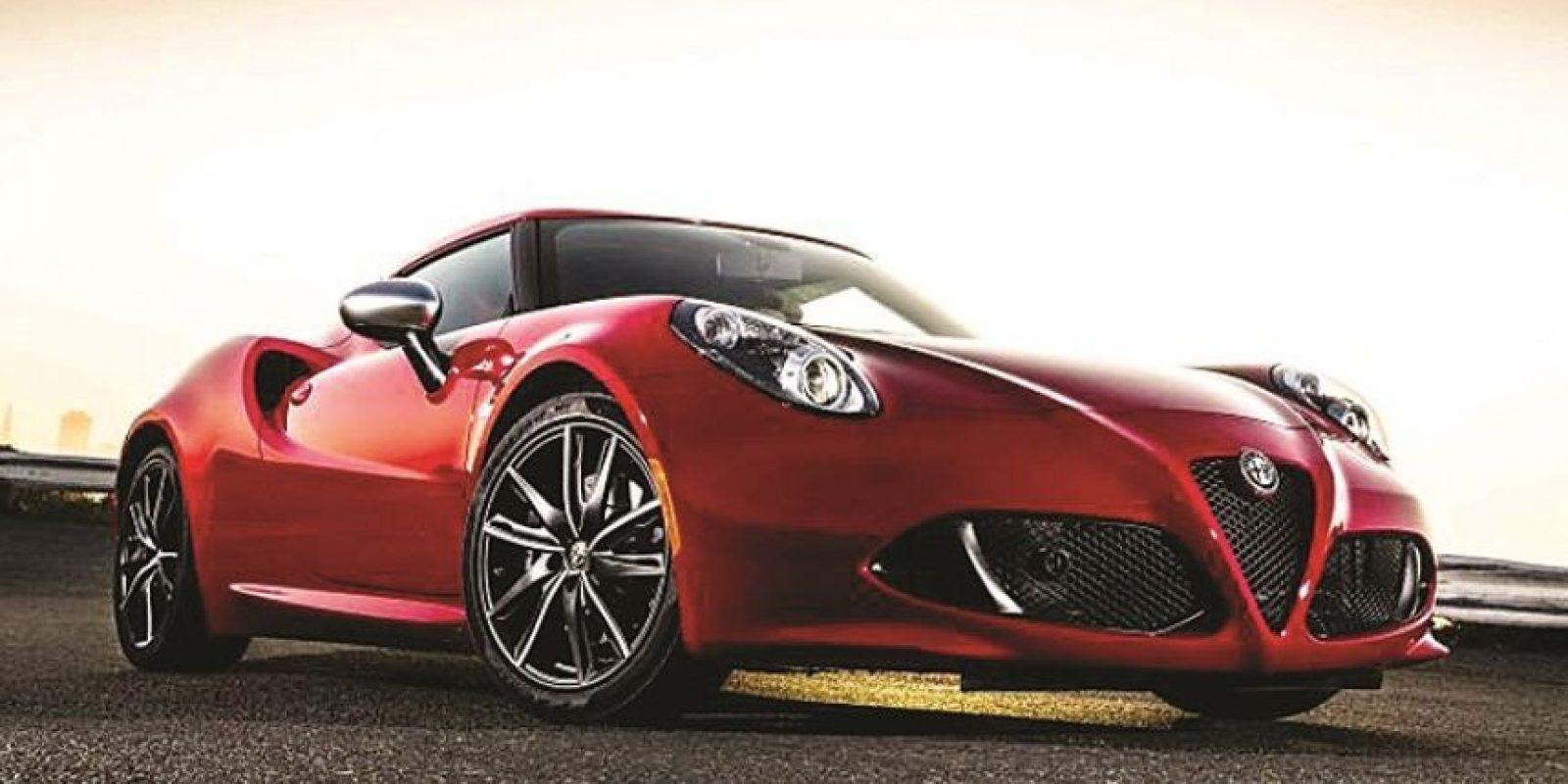4- Alfa Romeo. 4C. El vehículo, fabricado en Módena, Italia, en una unidad especial dentro de la planta de Maserati, cuenta con un motor turbo de aluminio de 1.750 cc y cuatro cilindros con turbocompresor de nueva generación. Foto:Fuente externa