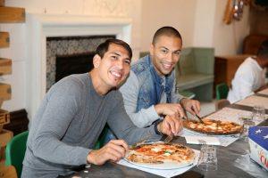 Pero la pizza que les invitó tenía que ser hecha por ellos mismos y así les dio una lección: Foto:Getty Images