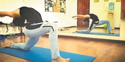Torsiones. Sentados con las piernas hacia adelante, llevamos el talón izquierdo lo más cerca posible a nuestros glúteos y lo cruzamos por encima de la pierna derecha. Hacemos una torsión hacia el lado izquierdo, colocando el codo derecho por fuera de la pierna izquierda. Si podemos, abrazamos la pierna izquierda por delante con el brazo derecho y lo alcanzamos por atrás con la mano izquierda. Mantén la posición por unas 10 respiraciones y repite el proceso hacia el otro lado. Foto:Fuente externa
