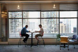 5. Dormir con algún compañero de la oficina. A la larga podría volverse un problema. Foto:Getty Images