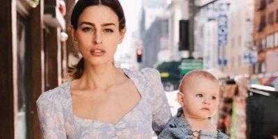 Modelo se muestra amamantando a su bebé y es criticada en Instagram