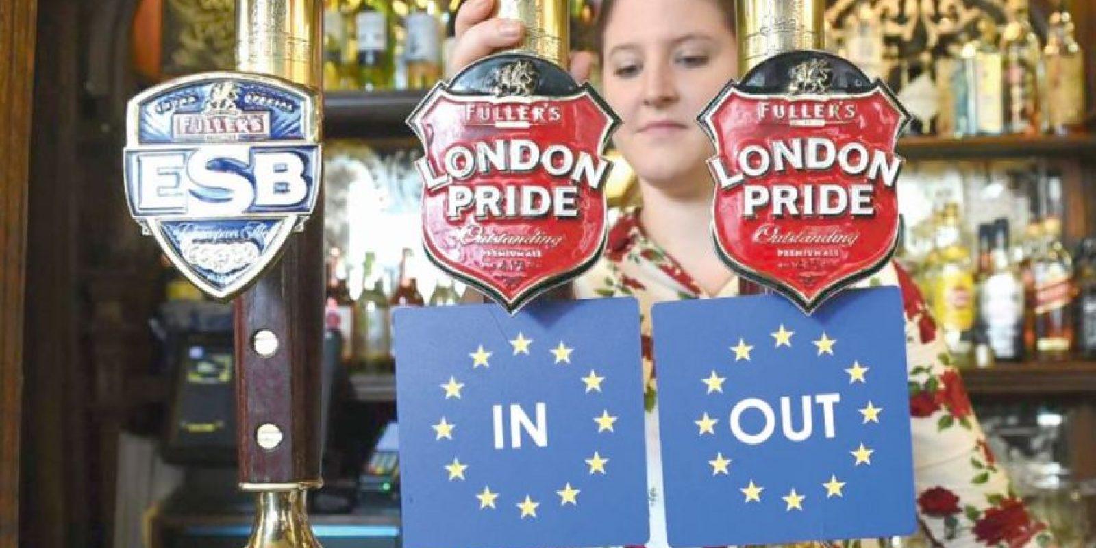 La barra de un bar de Londres con las opciones que se votarán el 23 de junio. Foto:EFE