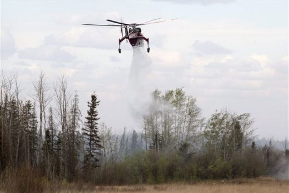 Los equipos de trabajo buscan la manera de detener el fuego, del cual aún se desconoce el origen. Foto:AP