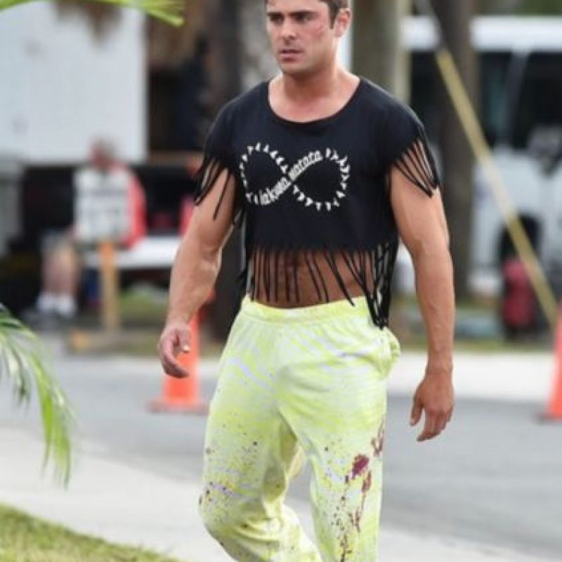 Acá, Zac Efron con un modelito. Foto:vía Getty Images