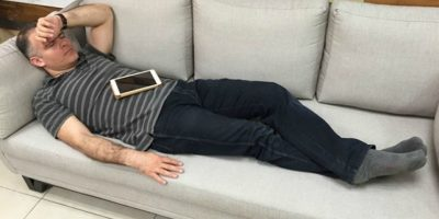 Empleados convierten foto de su jefe durmiendo en nuevo meme