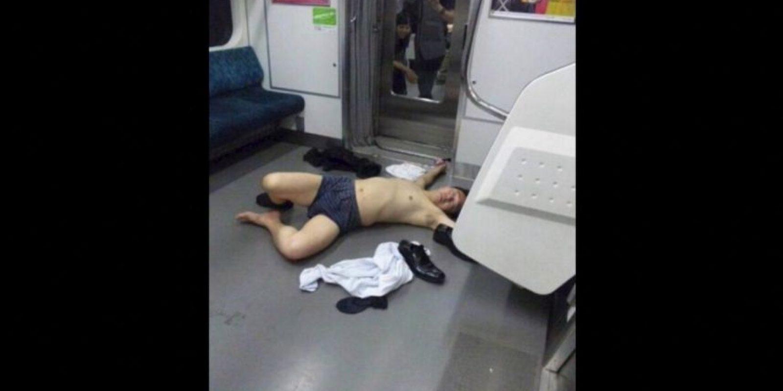 Y en Japón se volvió tendencia encontrarse a oficinistas totalmente ebrios en el transporte público Foto:Twitter.com