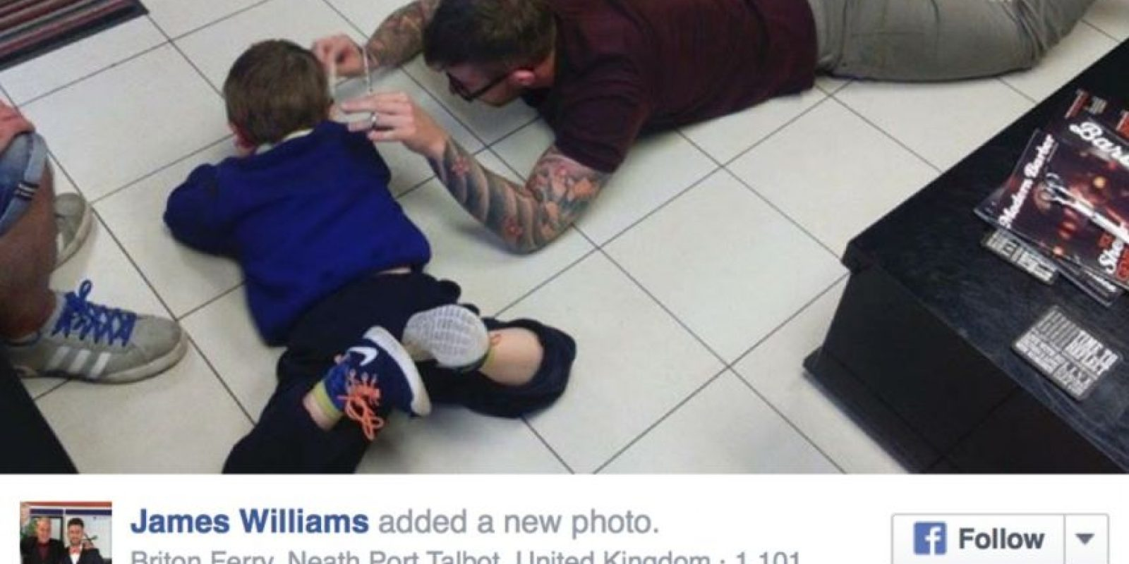 """""""Los dos nos colocamos en el piso en silencio, y mientras él jugaba con el celular, yo le cortaba el cabello."""" Foto:vía Facebook"""