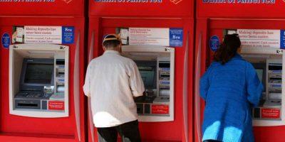 El primer cajero automático en Nueva York fracasó, pues nadie le daba uso. Foto:Getty Images