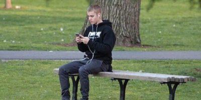 Justin bieber camina descalzo en parque y sorprende a fans