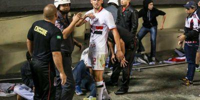 Y los futbolistas dejaron de festejar para socorrer a los heridos. Foto:Getty Images