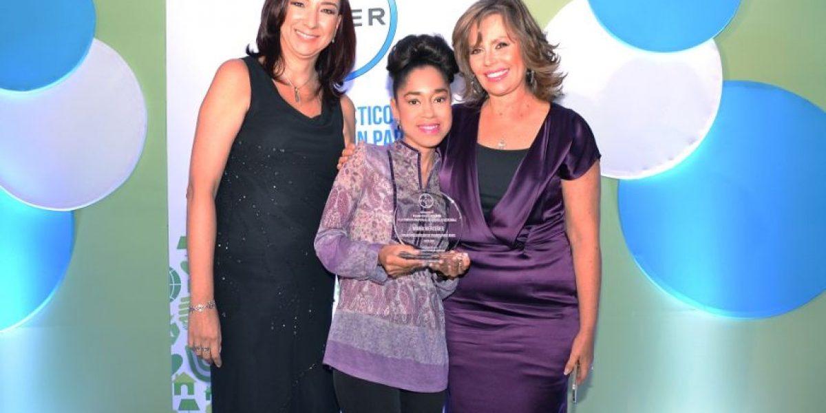 Periodista de Metro RD recibe importante premio de Bayer
