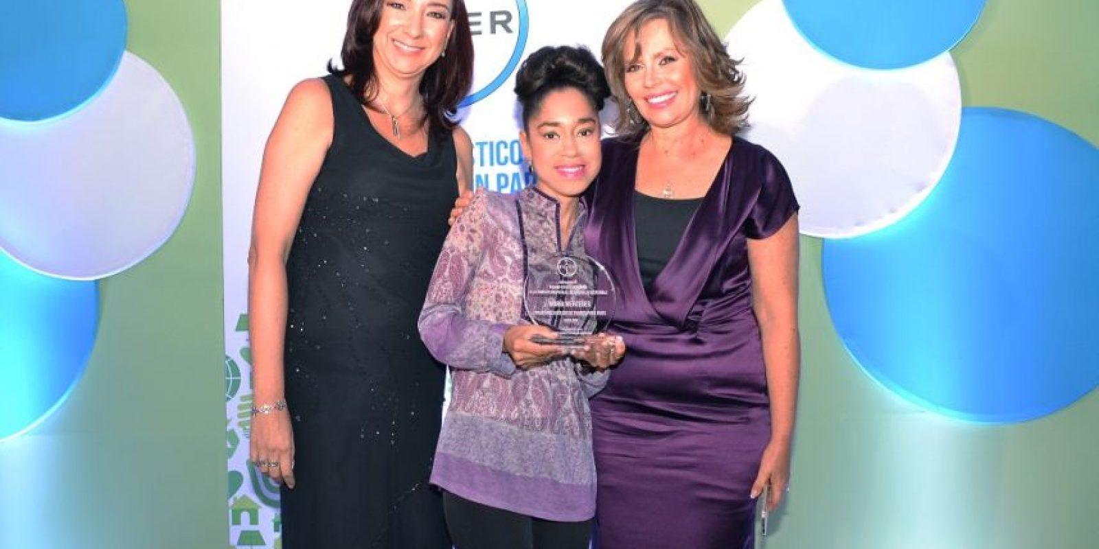 Maria Mercedes recibiendo el premio de Bayer Foto:Mario de Peña
