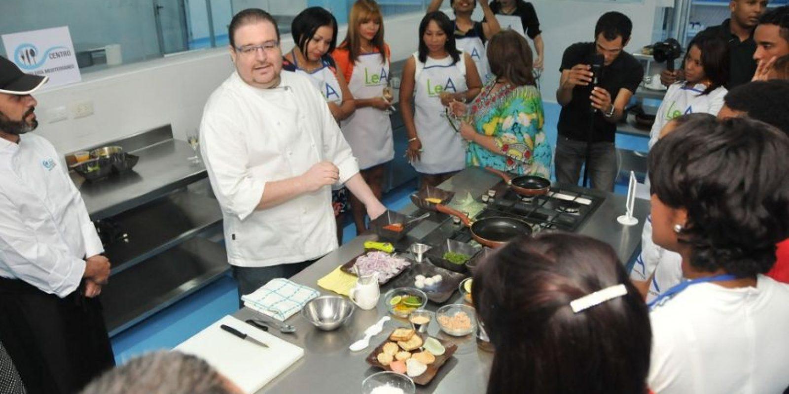 La preparación de las tapas puso en práctica las habilidades culinarias de los periodistas. Foto:Fuente externa