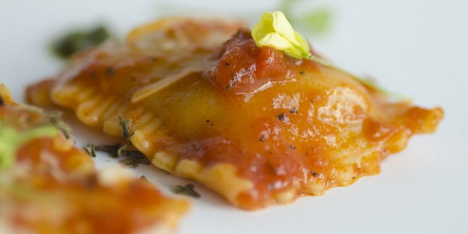Ravioli de Gallina vieja Cibaeña. Con salsa fresca de tomates y toque de pesto dulce de cilantro. Foto:Fuente externa