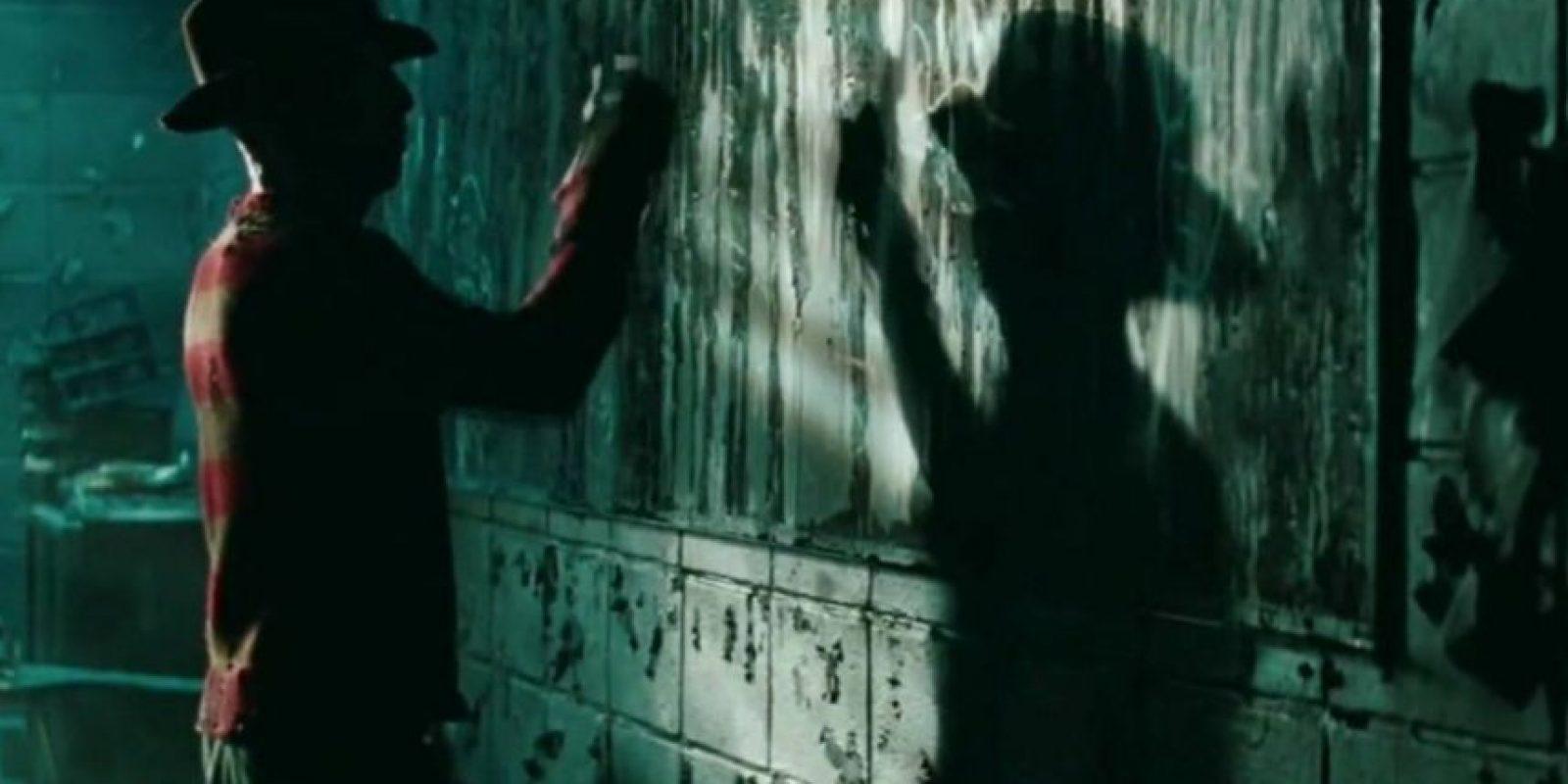 Freddy Krueger es un asesino serial que cruza la frontera entre los sueños y la realidad para destripar a sus víctimas con sus filosos guantes. Foto:vía Netflix