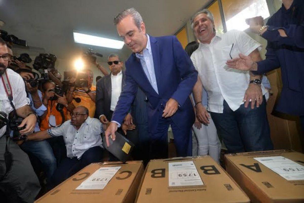 Luis Abinader ejerciendo su derecho al voto Foto:Roberto Guzmán