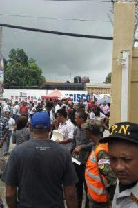 La Policía Electoral presenta ciertos inconvenientes para mantener las filas en orden Foto:Carmelsy Confesor