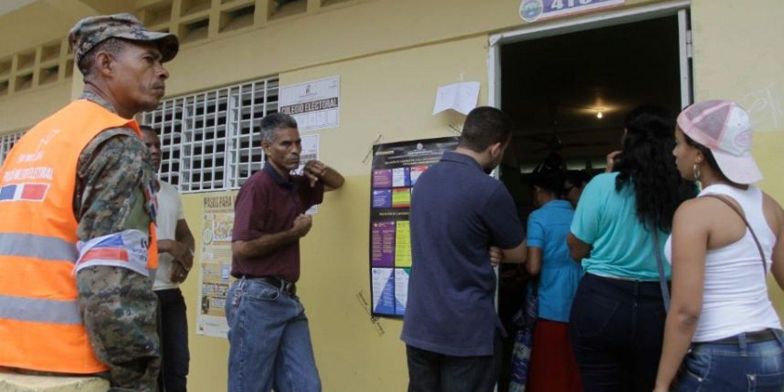 Fila de votantes listos para sufragar Foto:Roberto Guzmán