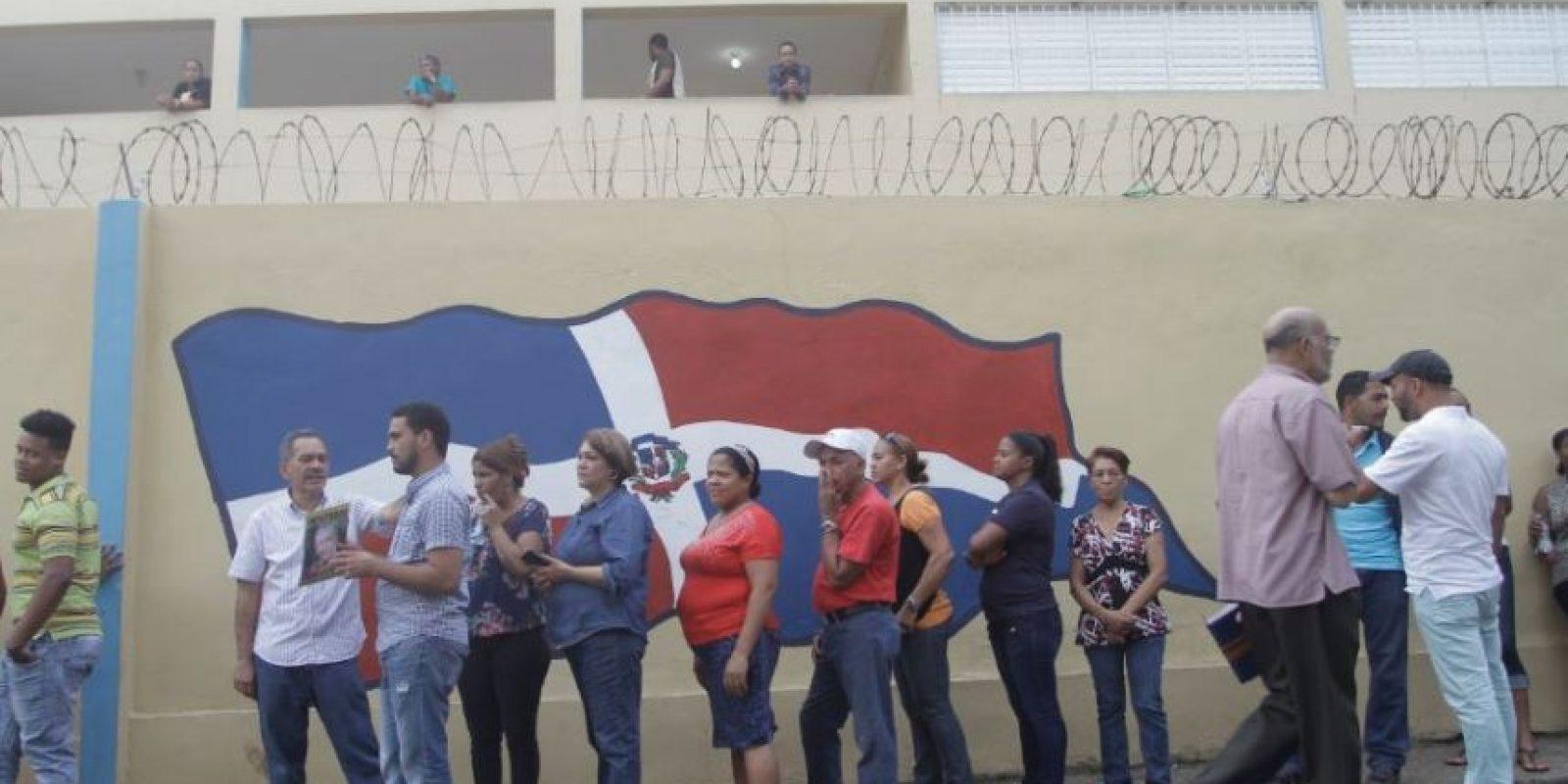 Fila de votantes en las afueras del liceo República de Costa Rica Foto:Roberto Guzmán