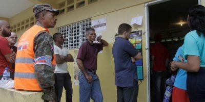 Fila de votantes en el liceo República de Costa Rica Foto:Roberto Guzmán