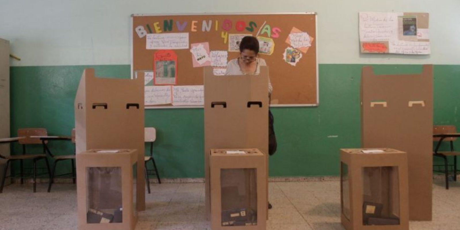 Una ciudadana ejerce su derecho al voto Foto:Roberto Guzmán