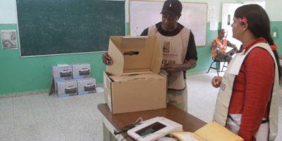 Técnicos de la Junta instalando las mesas de votación Foto:Roberto Guzmán