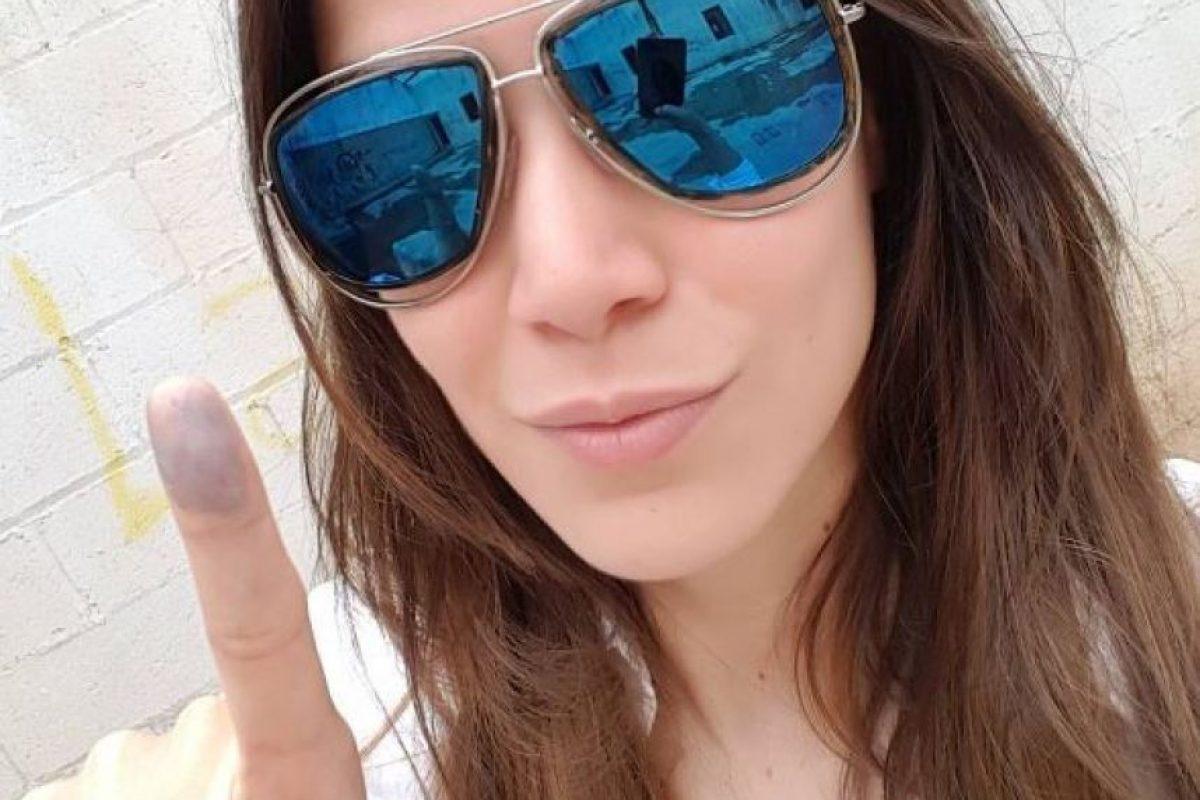 Marianne Cruz muestra su dedo entintado, ya que en su colegio se procedió de manera manual Foto:@Mariannecruzg