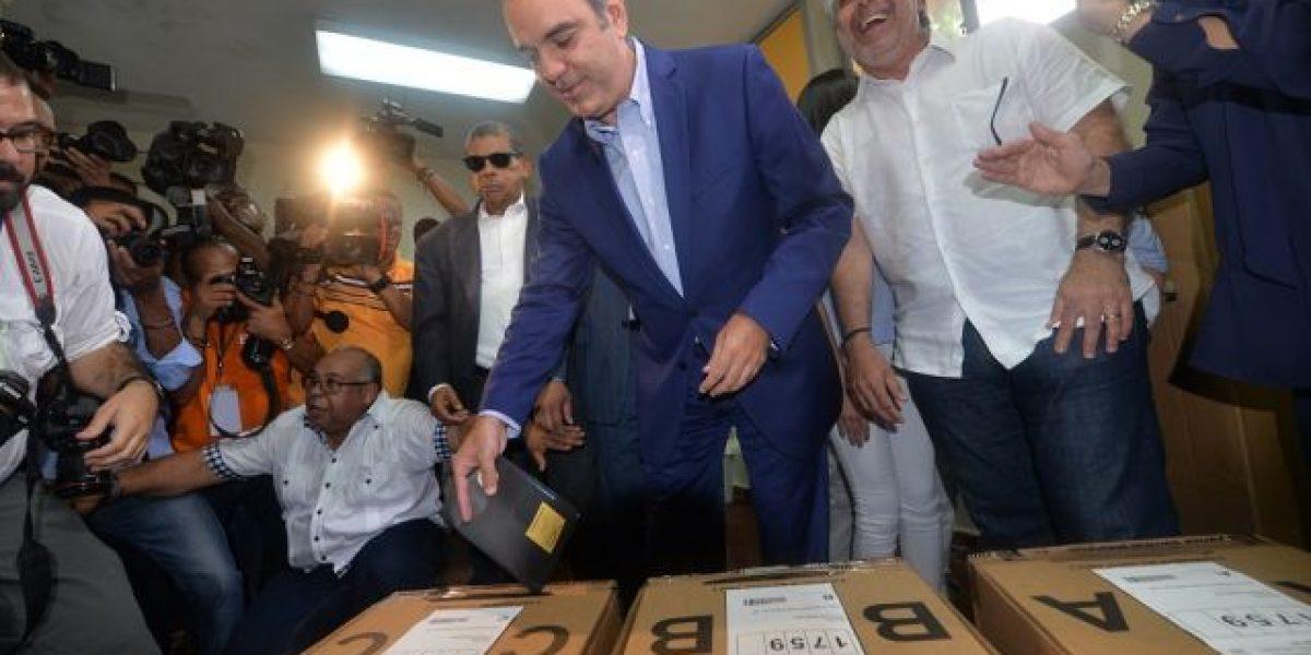 """Luis Abinader votó en familia y sintiéndose """"optimista"""""""