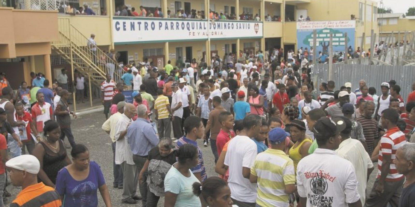 El centro escolar Santo Domingo Savio, en el sector Los Guandules, albergó a 17 colegios, una concurrencia un tanto desordenada y las quejas por el retraso de los equipos electrónicos. Foto:Roberto Guzmán
