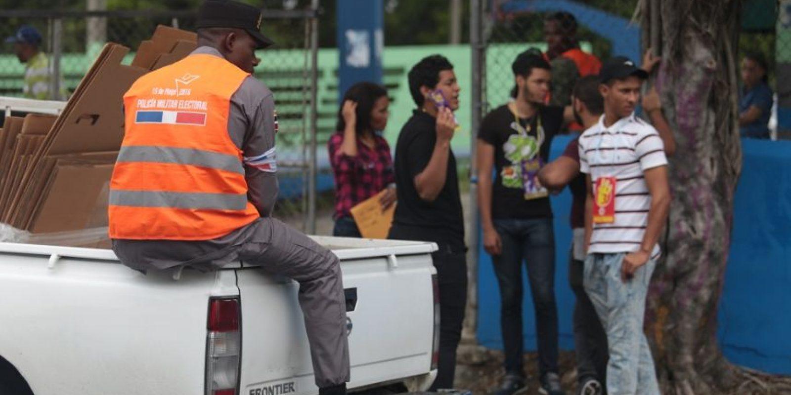 """Aunque la propaganda cerró el viernes, los partidos como siempre se las ingeniaron para promover candidaturas con el manido recurso de los """"delegados"""" en las afueras de los colegios. Foto:Roberto Guzmán"""