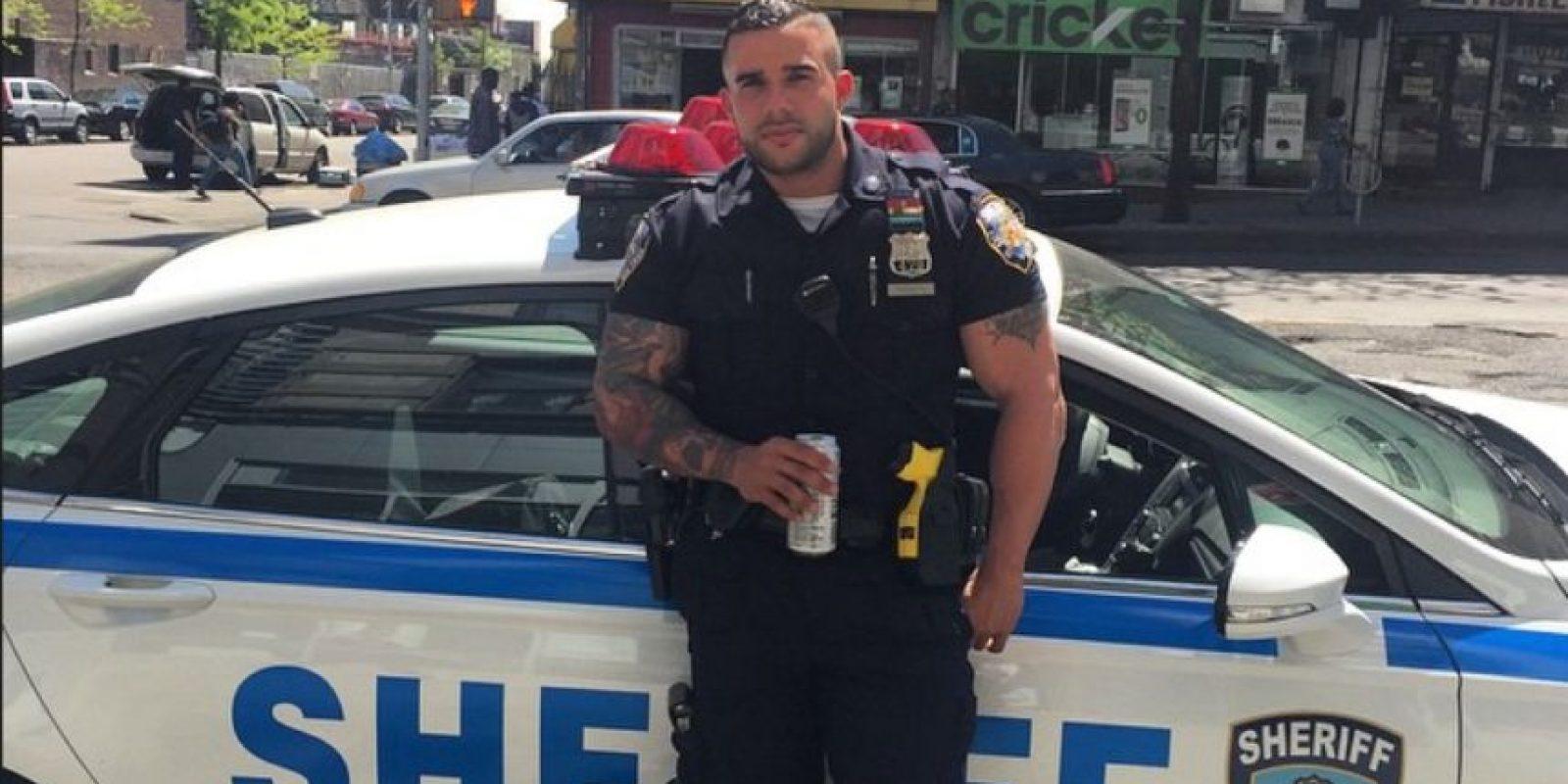 El oficial Miguel Pimentel de origen latino llamó la atención por su atractivo físico. Algunas mujeres le pedían fotos en la calle. Foto:Vía Instagram @keepnitone00