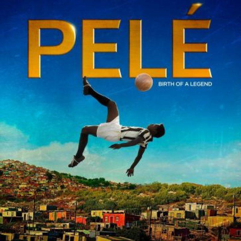 La cinemateca de Lore; Pelé: el nacimiento de una leyenda. Edson Arantes do Nascimento le prometió a su padre que ganaría una Copa del Mundo para su país, y cumplió. Tres veces.Esta película narra la juventud del futbolista brasileño Pelé y su ascenso al estrellato, así como su liderazgo en la selección que conquistó el Mundial de fútbol de 1958. Es la historia de un muchacho que abanderó las esperanzas y los sueños de todo un país. Búscala en Atunes #LaCinematecadeLore Foto:Fuente externa