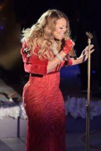 Este vestido rojo no le ayudó a verse más delgada. Foto:Getty Images