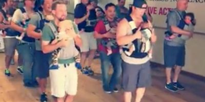 Papás bailando con sus bebés en el pecho cautivan Internet