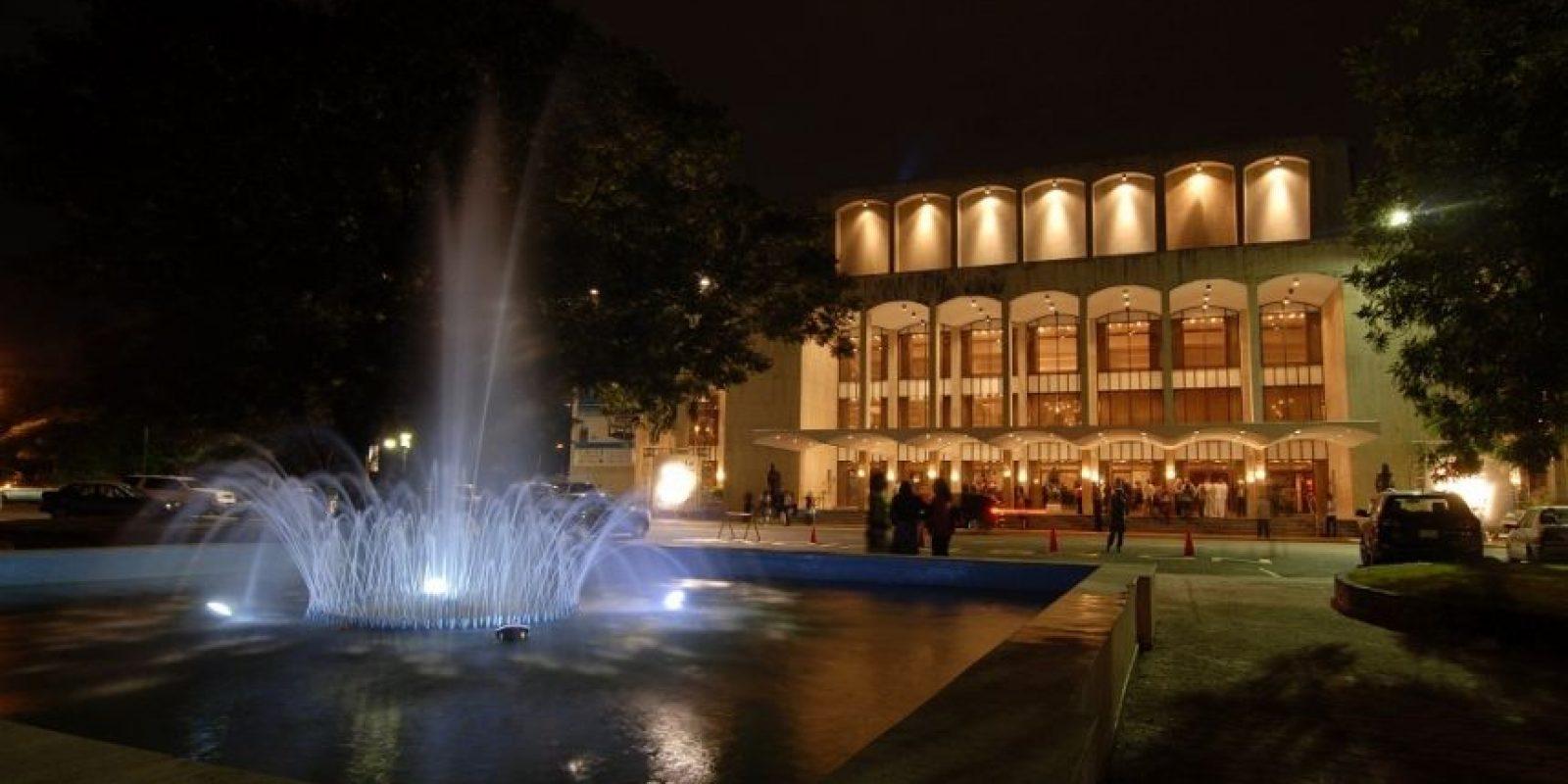 Vista nocturna del Teatro Nacional Eduardo Brito, locación donde se llevará a cabo el Soberano. Foto:Fuente externa