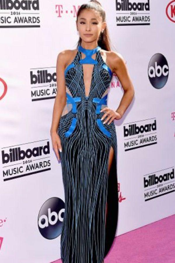 ¿Por qué a Ariana Grande siempre le ponen vestidos que le quedan gigantes? Foto:vía Getty Images