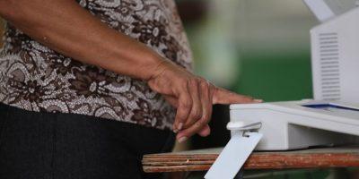 Los equipos para registrar la cédula y la huella dactilar del elector llegaron tarde a gran parte de los colegios. Foto:Roberto Guzmán