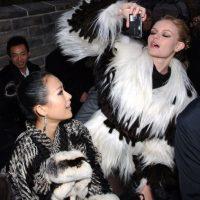 La actirz Kate Bosworth y Zhang Ziyi en el desfile de Karl Lagerfeld, un defensor del uso de las pieies naturales. Foto:GETTY