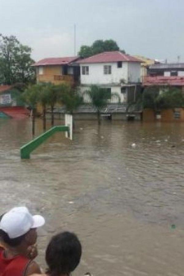 Cancha de baloncesto inundada en Santiago Foto:@rdinaguantable