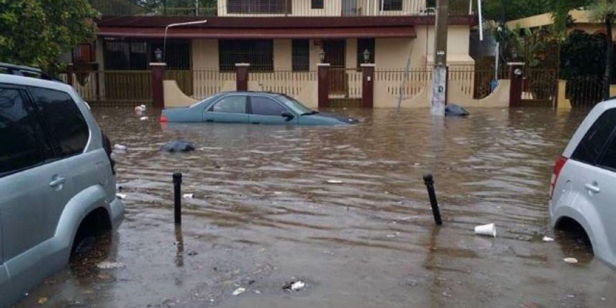Lluvias causan inundaciones en barrios y hospitales de Santiago