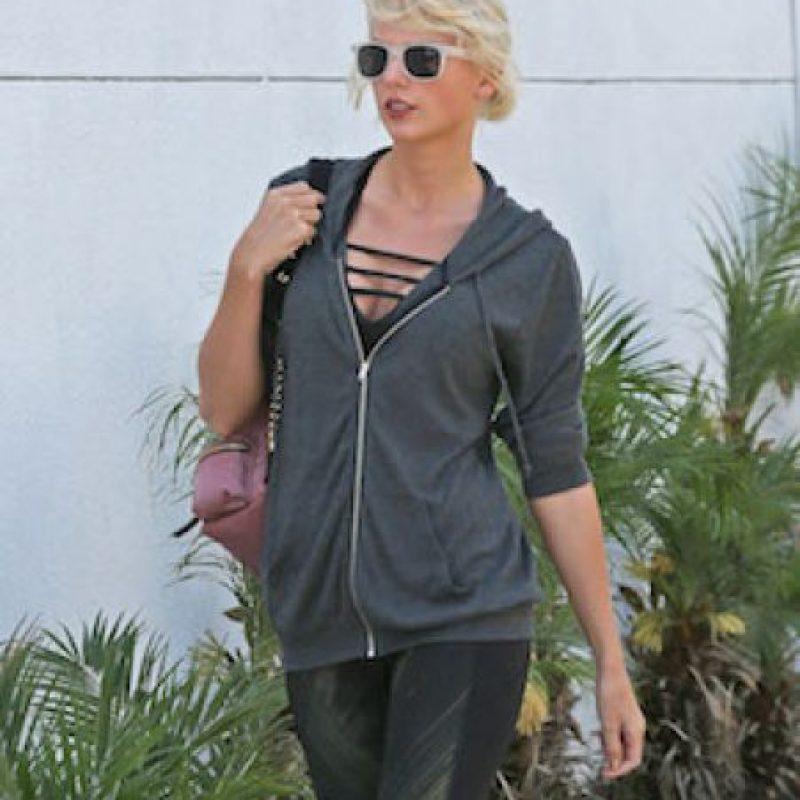 Así lucía Taylor ese escote en ropa deportiva Foto:Grosby Group