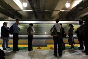 """El portal """"Actitud Fem"""" recomienda utilizar el transporte público del lugar al que viajan en lugar de alquilar un vehículo o utilizar taxis, entre otros medios de transporte. Foto:Getty Images"""