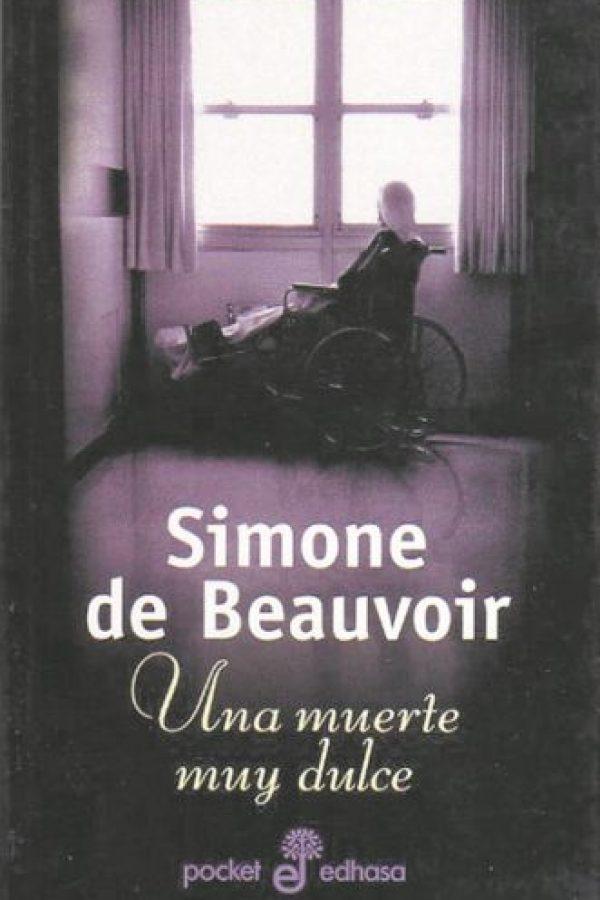 """6- Una muerte muy dulce. """"No se muere de haber nacido, ni de haber vivido, ni de vejez. Se muere de algo. Saber que mi madre por su edad estaba condenada a un fin próximo no atenuó la horrible sorpresa"""".La escritora y filósofa francesa Simone de Beauvoir nos presenta una historia sobre la relación entre madre e hija, pero con el punto de vista de la hija. Un paseo por los recuerdos de una mujer y la relación que tuvo con su madre que se desenvuelven en los últimos días de vida de la madre de la propia autora. Foto:Fuente externa"""