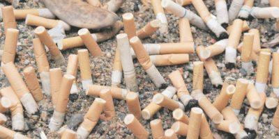 3- Salvar el medio ambiente. Alrededor de 4.3 billones de colillas de cigarrillos al año ensucian la Tierra. Los científicos estiman que puede tardar hasta 10 años para que una sola se desintegre por completo. Las colillas contienen los mismos productos químicos que el cigarrillo, incluyendo carcinógenos, que causan la contaminación de la tierra y el agua. Por ejemplo, exudan estos venenos dentro de una hora de contacto con el agua. La producción de cigarrillos también es costosa para el medio ambiente. Esto causa la deforestación, la contaminación del aire y se acumula una gran cantidad de residuos. Foto:Fuente externa