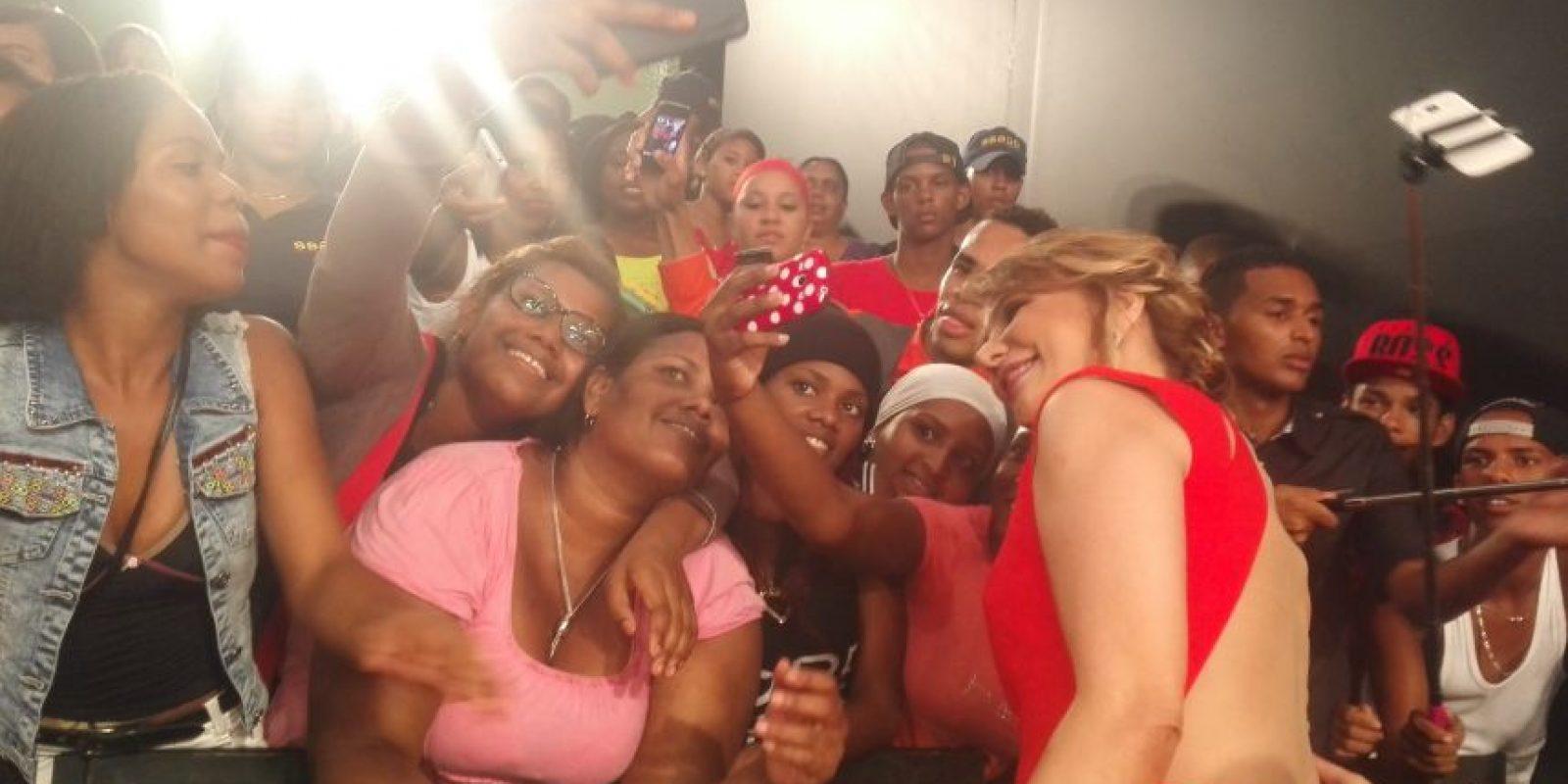 """2- ¡Selfie, a la Diva! """"La Diva"""", Milagros Germán, fue ovacionada por el público que noche tras noche la ve muy chévere en su programa. Ella les correspondió con una gran sonrisa y, por supuesto, con un selfie. Foto:MetroRD"""