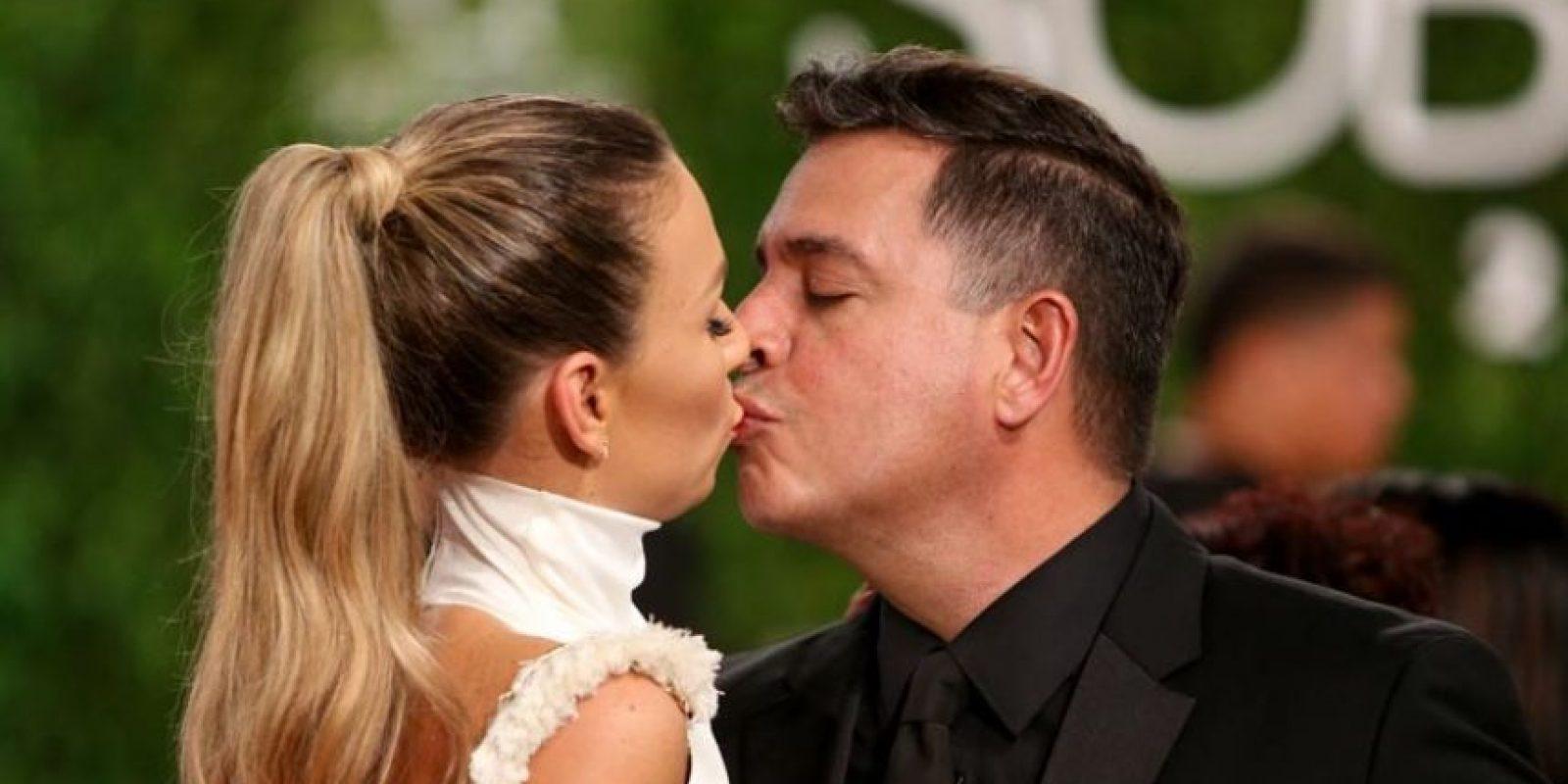 """Tus besos me enamoran. Daniel Sarcos, actor y presentador venezolano radicado en el país, le cantó una estrofa de """"Tus besos"""" de Juan Luis Guerra a su amada Alessandra Villegas. Foto:Mario de Peña"""
