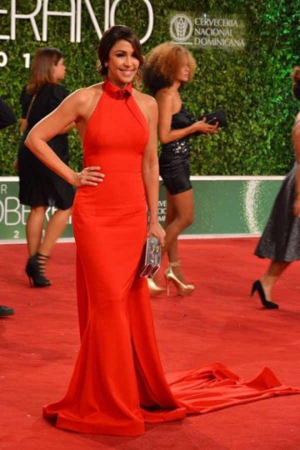 Mariasela Álvarez es una mujer que sabe llevar al extremo la elegancia y la belleza; también optó por el color rojo y acertó; vistió de la diseñadora Keyther Estévez. Foto:Fuente externa