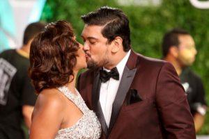 """Alguien que bese como tú… Parece que René Brea y Selinée Méndez viven en una eterna luna de miel. Por eso, él le dice a ella """"Alguien que bese como tú""""… no existe. Foto:Mario de Peña"""